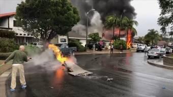 Videos von Augenzeugen zeigen das Inferno am Boden und Anwohner, die verstreute, brennende Wrackteile zu löschen versuchen. Später zeigten Hubschrauberaufnahmen die Ausmasse des Unglücks.