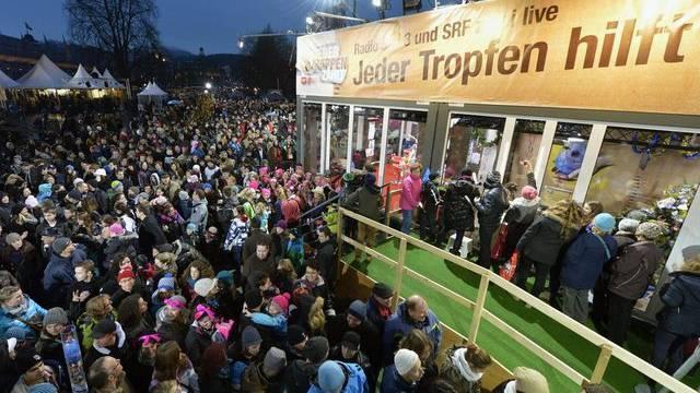 Die Glasbox auf dem Europaplatz in Luzern lockte am Samstagabend hunderte Menschen an