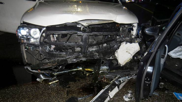 Die Ford-Fahrerin, eine Schweizerin aus der Region, sowie die Insassen des Dodge wurden durch die Ambulanzbesatzungen zur Kontrolle ins Spital geführt.