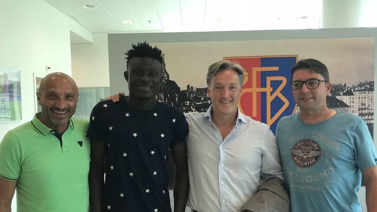 Bashiru Alhassan (2. v.l.) mit FCB-Verwaltungsrat Massimo Ceccaroni, Berater Sascha Empacher und FCB-Kaderplaner Remo Gaugler (v.l.)