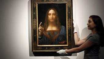 """Leonardo da Vincis """"Salvator Mundi"""" war für die Rekordsumme von 450 Millionen Dollar versteigert worden. Auf welchen Wegen das Gemälde nach Abu Dhabi gelangte, ist unklar. (Archiv)"""