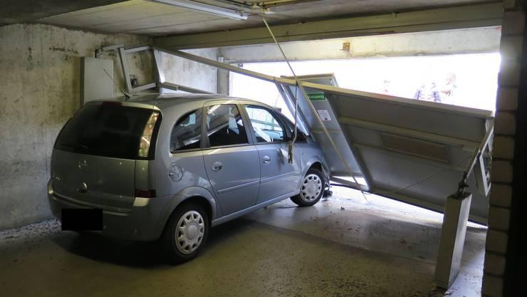 Die Autofahrerin krachte ungebremst ins Garagentor.