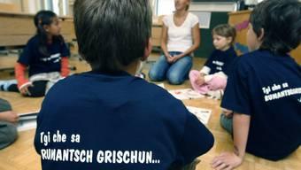 Erstklässler einer Schule in Graubünden, wo in der Schriftsprache Rumantsch Grischun unterrichtet wird. (Archivbild)