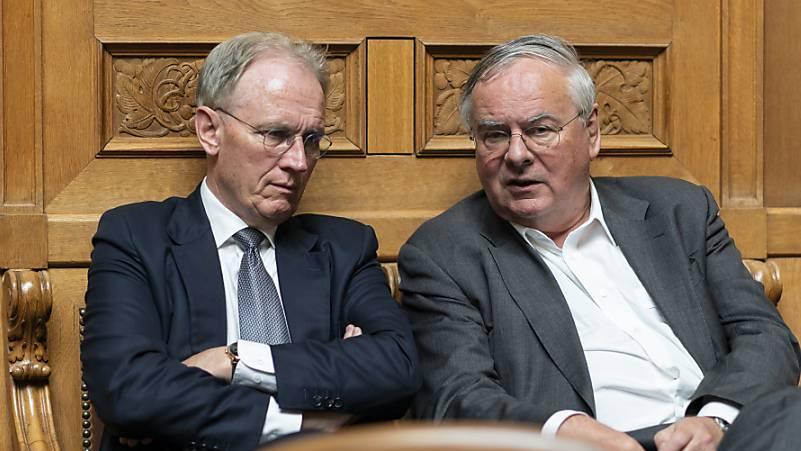 Gewerbeverbands-Direktor Hans-Ulrich Bigler (FDP, links) will im Gegensatz zum ebenfalls abgewählten Freiburger Jean-Francois Rime (SVP, rechts) seinen Posten an der Spitze des Gewerbeverbandes nicht abgeben. (Archivbild)