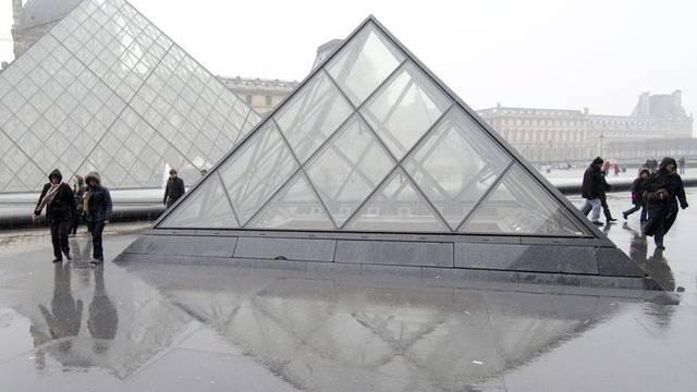 Trotz kaltem Wetter laufen einige Touristen um die Glaspyramiden herum (Archiv)