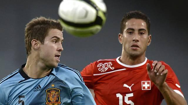 Ben Khalifa (rechts) kämpft mit dem Spanier Martinez um den Ball