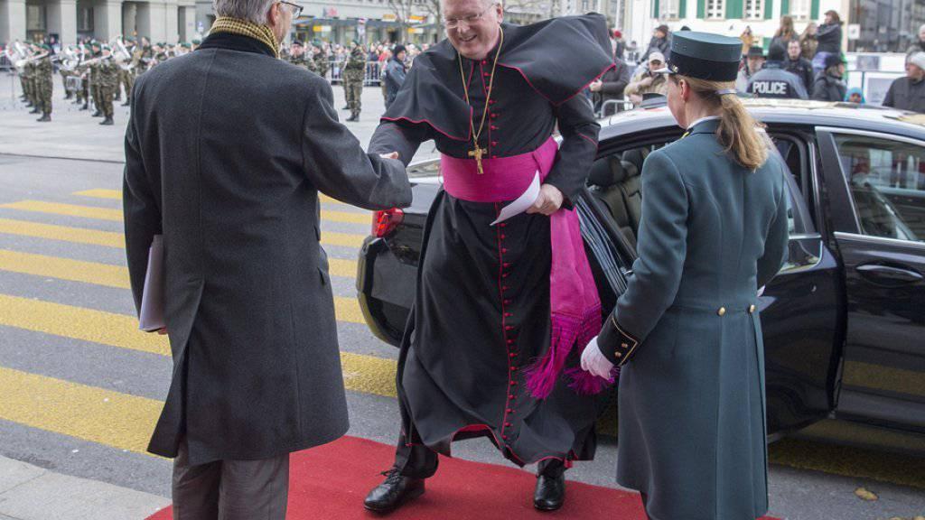Unschwer zu erkennen: Der Apostolische Nuntius, Thomas Edward Gullikson, betritt den roten Teppich vor dem Bundeshaus.