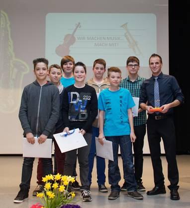 Die stolzen Schlagzeugschüler mit Lehrer Stefan Büchi.