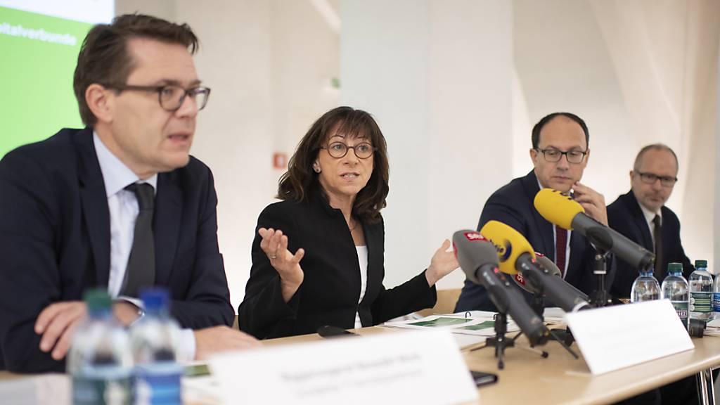 Regierungsrätin Heidi Hanselmann begründet die Schliessung der fünf Spitäler am Mittwoch in einer Medienkonferenz.