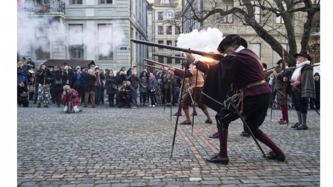 Traditionelles Geschoss an der Stadtfeier «L'Escalade». Foto: Roland Schmid