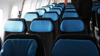 Interessenten besichtigen an der Messe eine Boeing 787