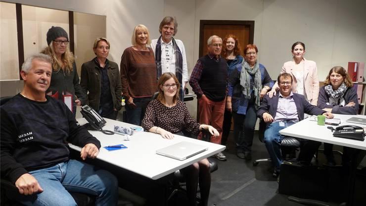 Die Theatercrew mit Autorin Rita Frangi Sollberger und Regisseur Heinz Sollberger, in der Mitte stehend. apb