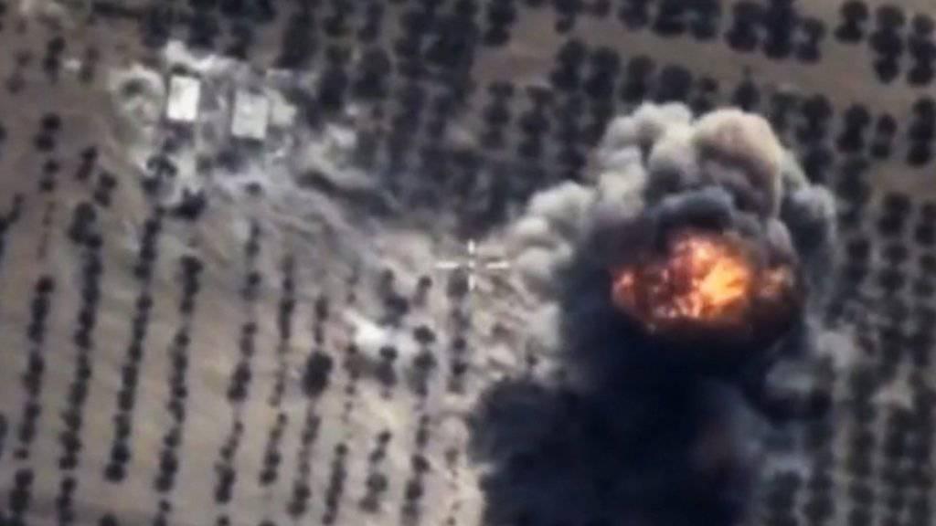 Luftaufnahme eines russischen Bombenangriffs am Donnerstag in der syrischen Provinz Idlib.