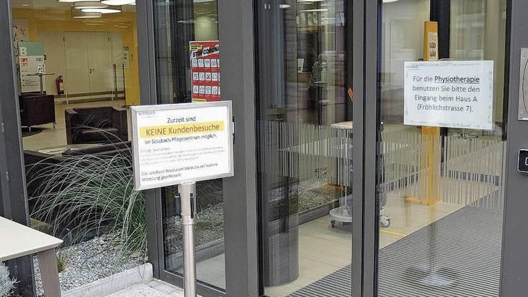 Im Pflegezentrum Süssbach ist die Krise auch am Eingang präsent.