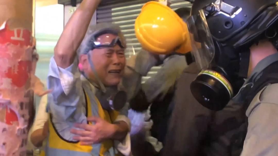 Opa Wong (85) stellt sich in Hongkong der Polizei in den Weg