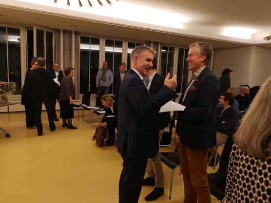 An der Gründungsversammlung des ARTA im Rathaus Aarau begrüsst Regierungsrat Alex Hürzeler (l.) den Ex-Migros-Chef Herbert Bolliger, der ARTA-Vorstandsmitglied wurde.