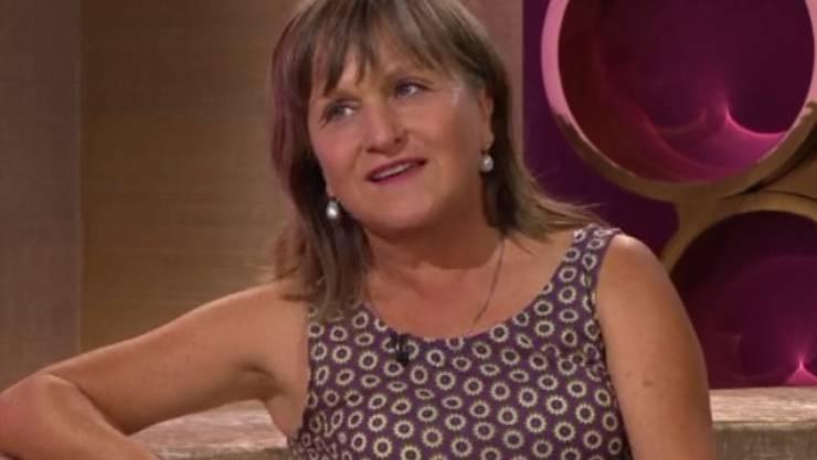 """Mit 63 ist Clownin Gardi Hutter noch zu jung zum Abtreten. Zu diesem Thema erarbeitet sie nun ein Stück zusammen mit ihren Kindern Juri (30) und Neda (26). In der Sendung """"Glanz & Gloria"""" hat sie die Katze aus dem Sack gelassen. (Screenshot SRF)"""