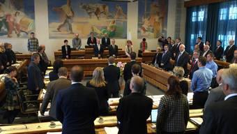 Für sie spielt die Amtszeitbeschränkung noch lange keine Rolle: Die beiden neuen Landräte Simon Oberbeck (CVP) und Reto Tschudin (SVP) werden angelobt (beide stehend in der Saalmitte).