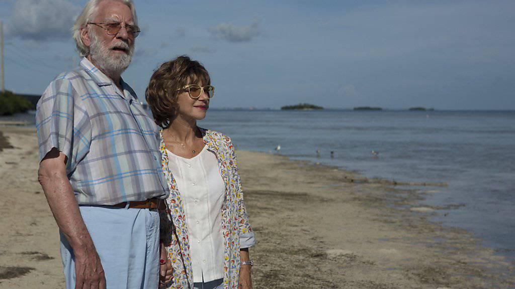 Donald Sutherland (l) und Helen Mirren (r) in eine Szene aus dem Film «The Leisure Seeker»: Am Zurich Film Festival wird der Schauspieler Sutherland für sein Lebenswerk geehrt und seinen neuesten Film persönlich vorstellen.  (Sony Pictures Classic via AP)