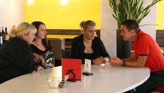 Daniel Bumann im Gespräch mit «Schmitte»-Wirtin Cinzia Starnino (2. von rechts) und ihrem sympathischen Team. NAdja Rohner