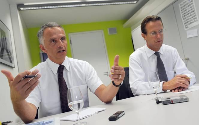 Bundesratswahlkampf 2009: Die FDP-Bundesratskandidaten Didier Burkhalter und Christian Lüscher im Gespräch mit Journalisten