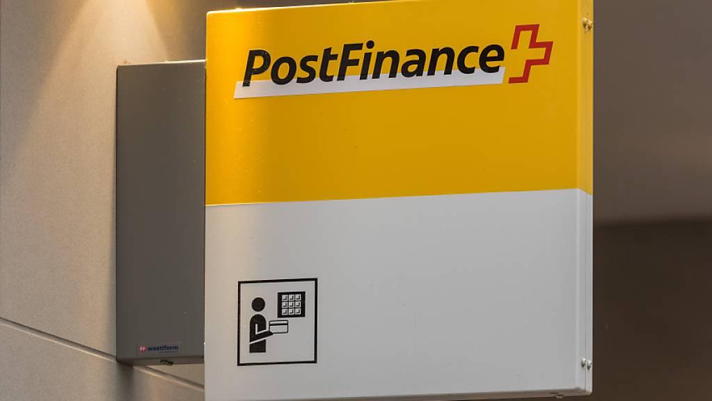 Die PostFinance bündelt ihre Angebote: Logo in Zürich (Archivbild).