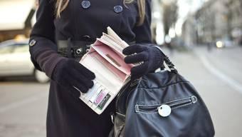 Vanessa T. kann schon froh sein, wenn ihr Lohn bis Ende Monat reicht (Symbolbild).