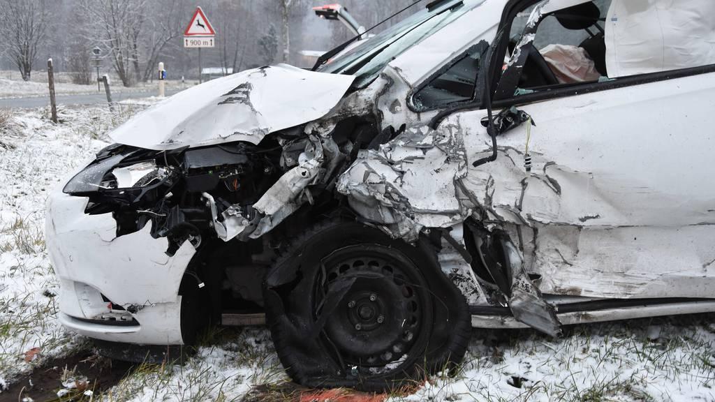Lieferwagen knallt in Auto: 21-Jähriger wird verletzt