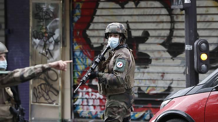 dpatopbilder - Polizisten patrouillieren an einer Straße nach einer Messerattacke. Foto: Thibault Camus/AP/dpa