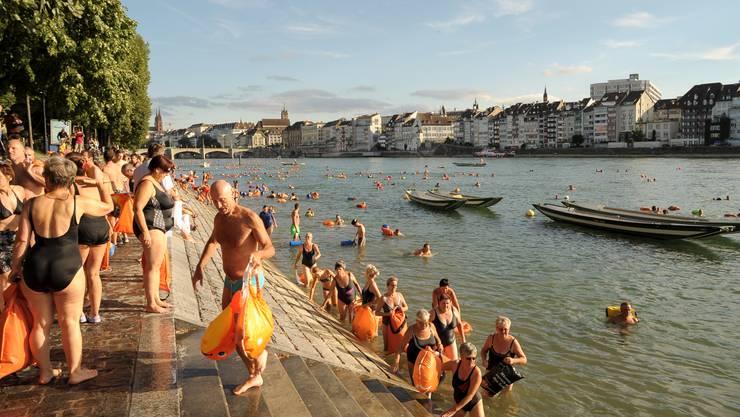 Das Rheinschwimmen in Basel macht auch Rentnern Spass.