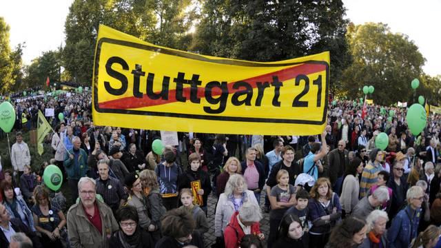 Menschen protestieren in Stuttgart gegen das Bahnhofsprojekt (Archiv)