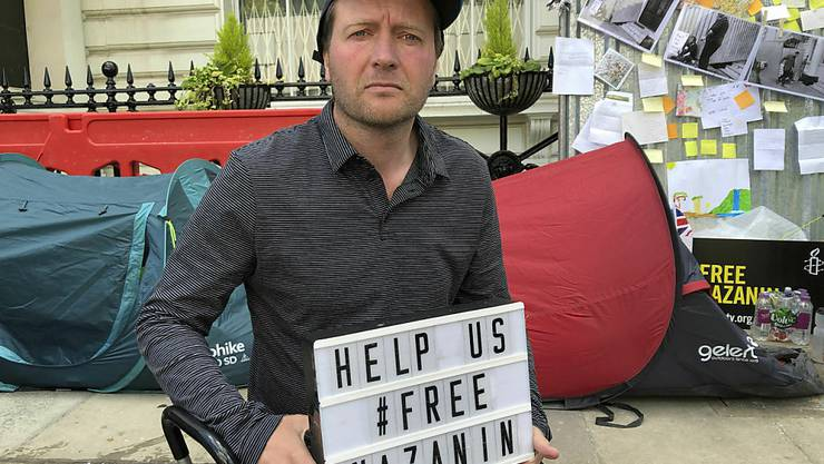 Richard Ratcliffe, der Ehemann von Nazanin Zaghari, hat eine dauerhafte Wache vor der iranischen Botschaft in London begonnen. Er fordert die Freilassung seiner Frau. (Bild vom Samstag)