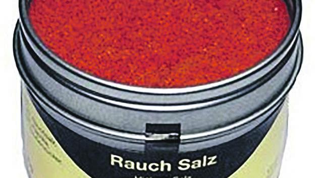 Rauchsalz ist der neue Liebling der Hobbyköche und im Restaurant. Damit bekommt man das typische Grill-Aroma in alle Speisen. Auch aus dem Backofen schmeckts dann wie vom Lagerfeuer (eine Dose à 95 g für 12.50 Franken, bei grillwelt.ch).