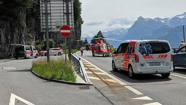 Bei einem Unfall auf der Axenstrasse musste ein Velofahrer mit der Rega ins Spital geflogen werden.