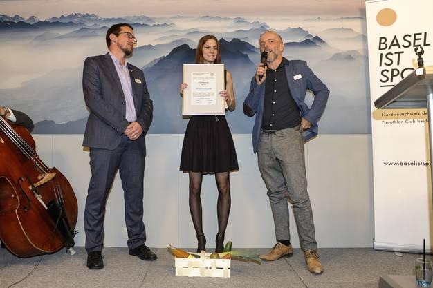 Den Förderpreis erhält Jeromie Repond mit links Laudator Martin Häflinger und Gregor Dill.