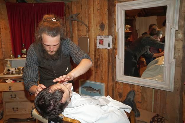 Der Barbier Dale Gaupp führt die Klinge sicher.