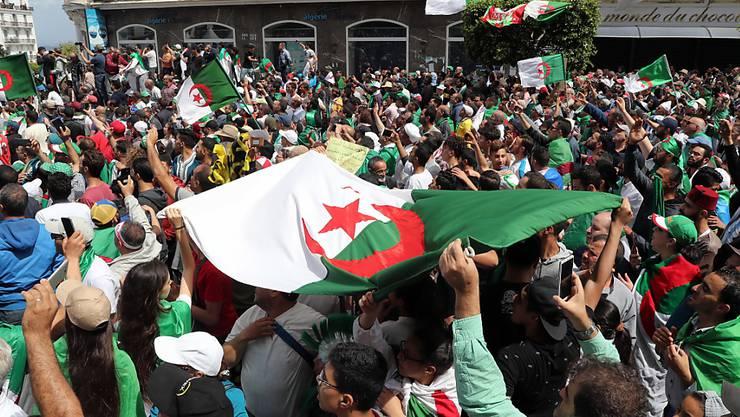 Am 13. Freitag in Folge haben in Algier (Bild) und weiteren Städten erneut Hunderttausende Menschen gegen die politische Elite des Landes demonstriert.