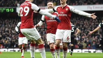 Granit Xhaka (links) lässt sich von seinen Arsenal-Teamkollegen feiern