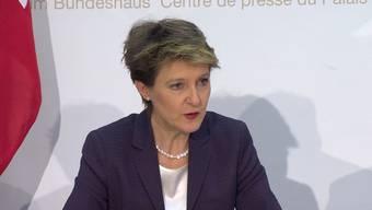 Bei der Pressekonferenz des Bundesrates zu den Resultaten des Abstimmungssonntages zeigt Bundesrätin Simonetta Sommaruga höchst erfreut über das Nein des Schweizer Stimmvolkes zur Durchsetzungsinitiative.