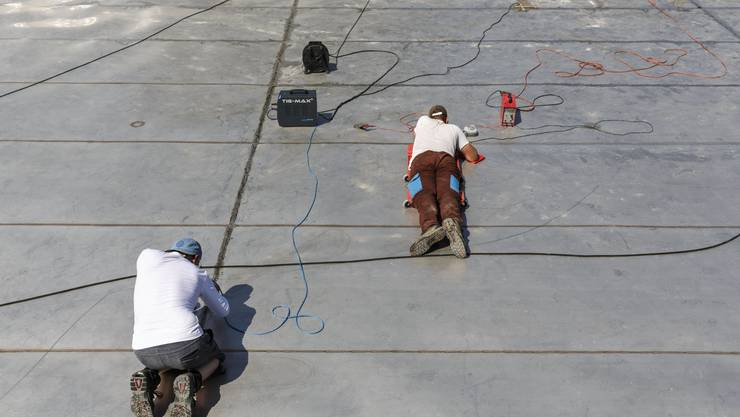 Schwimmbad Zuchwil am 26. Juni 2019. Die Bauarbeiter arbeiten bei grosser Hitze an der Fertigstellung des Freibads