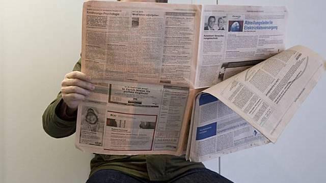 Arbeitsloser studiert Inserate in der Zeitung (Symbolbild)