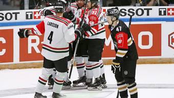Die Spieler von Frölunda jubeln, die Finnen von Kärpät Oulu sind konterniert
