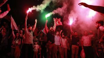Erdogan-Anhänger feiern den Wahlsieg vor dem Hauptquartier der AKP in Istanbul.