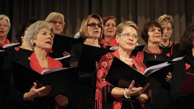 Der Frauenchor Birmensdorf warf sich in rot-schwarze Outfits mit blinkendem Herz auf der Brust