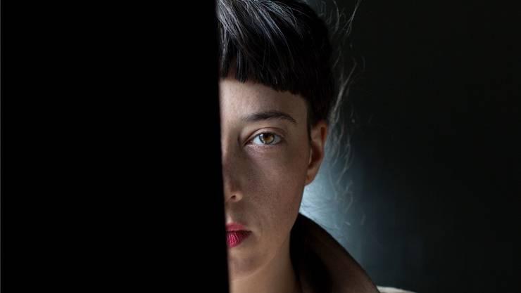 Autorin und Schauspielerin Julia Haenni (30) will mit ihrem Stück «Frau im Wald» ergründen, warum wir uns immer überfordert fühlen. Mali Lazell