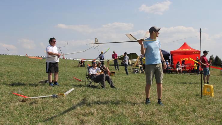 Heinz (l.) und Michael Bleuer machen sich an der Startstelle bereit.