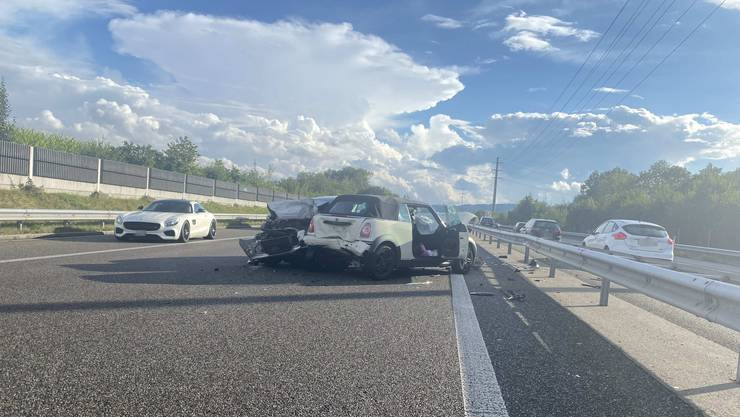 Auf der A1 kam es zu einer heftigen Auffahrkollision zwischen zwei Autos.