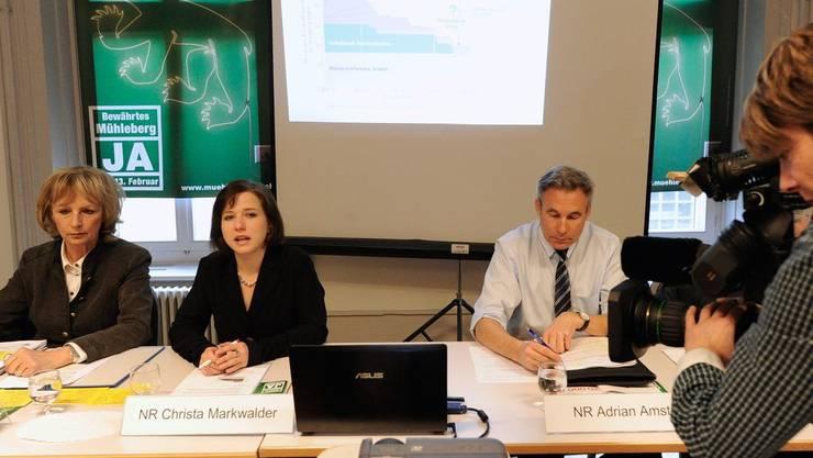 Ursula Haller (BDP), Christa Markwalder (FDP) und Adrian Amstutz (SVP), von links, werben im Namen eines überparteilichen Komitees «Ja zu Muehleberg» für ein Ja bei der bevorstehenden Konsultativabstimmung.