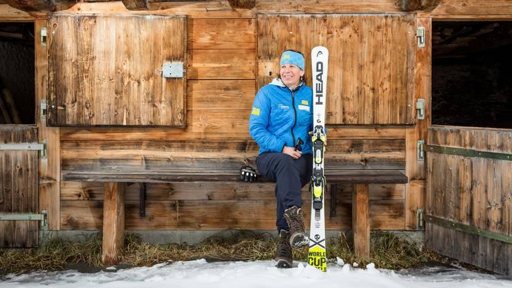 Vreni Schneider posiert in ihrer Heimat Elm. Ihre Leidenschaft für den Skisport ist ungebrochen.