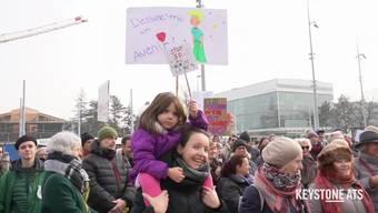 """Etwa 200 Menschen nahmen am Samstag in Genf an einer Protestkundgebung gegen das 5G-Mobilfunknetz teil. Das neue Mobilfunk-Netz gefährde die Gesundheit der Menschen und sei schädlich für das Klima, befürchten sie. Die Kundgebung war Bestandteil eines internationalen Protesttags, wie der Verein """"Schutz vor Strahlung"""" mitteilte. Protestaktionen fanden auch in anderen Schweizer Städten statt."""